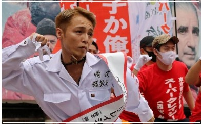 スーパークレイジー君(西本誠)が912票で当選ってヤバい?!ネットの反応まとめ |