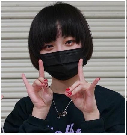 【顔画像】Ado(あど)歌い手の素顔がかわいい!?可愛くないや普通との声も調査!